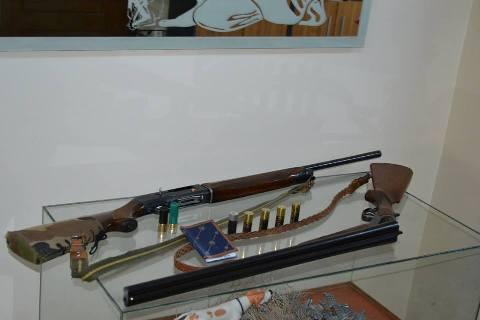 Τα κατασχεμένα μέσα, όπλα, φυσίγγια και άδειες θήρας.